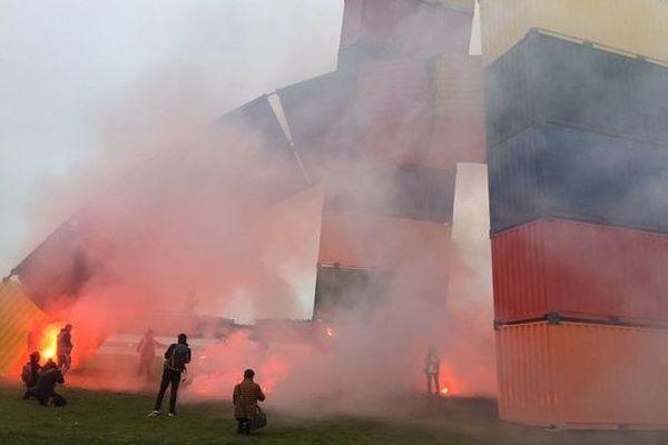 Au Havre, les manifestants contre la réforme des retraites ont allumé des fumigènes au pied de l'œuvre monumentale.