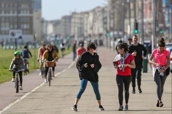 Beaucoup de monde dans les rues, par ce beau temps en Angleterre, comme ici à Brighton lundi.