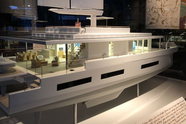 La maquette du bateau de Titouan Lamazou présenté quai Branly à Paris. Il doit partir pour un tour du monde avec à son bord des artistes en résidence. Il devrait être construit en Aquitaine.
