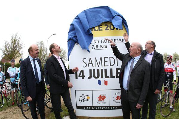Christian Prud'homme et Alain Gest accompagnés de Guillaume Duflot, adjoint aux sports et vice-président d'Amiens Métropole, lors du dévoilement de la borne Tour de France, rue du Gold à Salouel (sud d'Amiens).