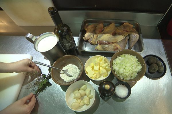 Pintade, oignons, ail, rancio, crème et truffe fraîche pour cette pintade de Noël 100% catalane!
