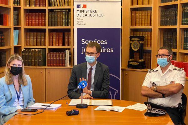 (De gauche à droite) Cécile Collomb, substitut du procureur, Loïc Abrial, Procureur de la République de Montargis et Olivier Aubry, directeur départemental adjoint de la sécurité publique du Loiret ont tenu un point presse, ce vendredi (23 juillet).