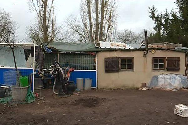 Joël Trompat vit dans un logement insalubre qui menace à tout moment de s'effondrer, dans la commune de Domérat, dans l'Allier.