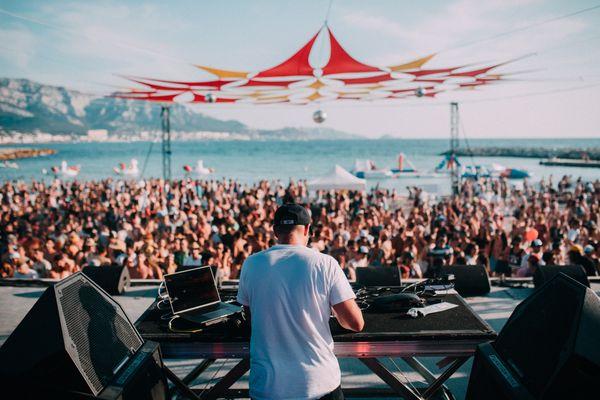 La foule réunie en 2019 sur les plages à Marseille pour le Delta Festival.
