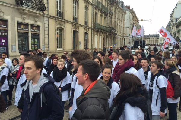 Ce mercredi matin, les opposants à la loi Travail se sont rassemblés devant la préfecture de la Sarthe au Mans, à l'appel de plusieurs syndicats. Lycéens et étudiants les ont également rejoints.