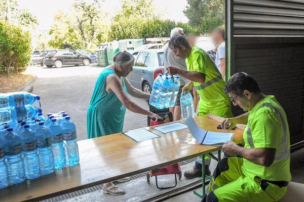 Tautavel (Pyrénées-Orientales) - distribution d'eau en bouteilles - août 2020.
