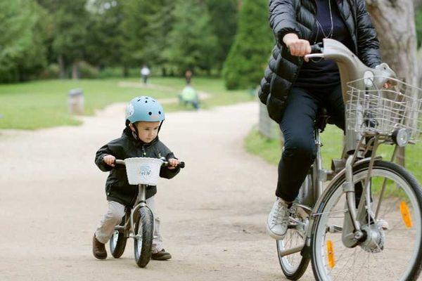 Disponible à partir du 18 juin, le service P'tit Vélib' propose aux familles la location de 4 modèles de vélos pour les enfants de 2 à 8-10 ans