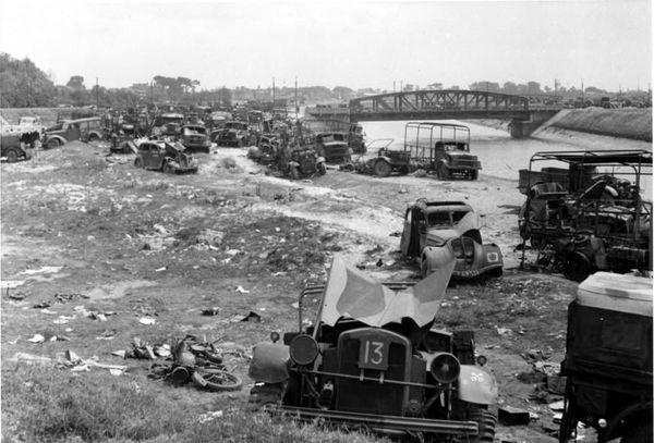 Des véhicules détruits et abandonnés près d'un canal dans le nord de la France.