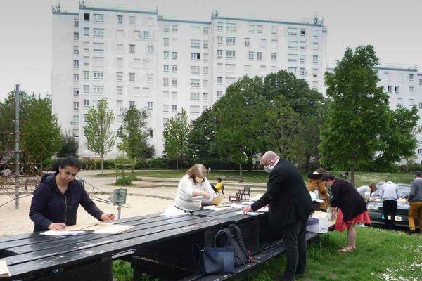 Courses, livraison de légumes, de livres pour les enfants, dans le quartier du Clos Toreau à Nantes, les habitants s'organisent pour qu'aucun des 1300 habitants ne reste sur le bord du chemin