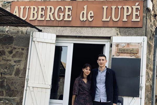 Loire : à Maclas, L'Auberge de Lupé ... sitôt inaugurée, sitôt ferméeà cause de la crise Coronavirus. Lucas Housset et sa compagne Marie Martin-Martinez devant leur restaurant gardent confiance.