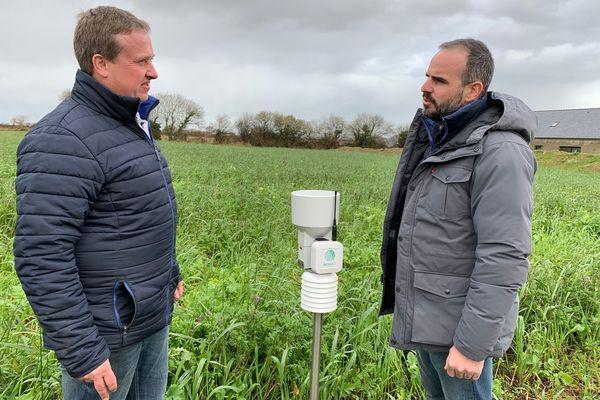 """Damien Le Nan (à gauche) a installé une station météo connectée sur ses terres. L'agriculteur de Landivisiau y voit """"un vrai plus"""" pour gérer ses cultures"""