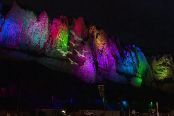 Des falaises de craie qui se colorent et proposent des scénettes à la nuit tombée. L'attraction vient d'être mise en service au Tréport.