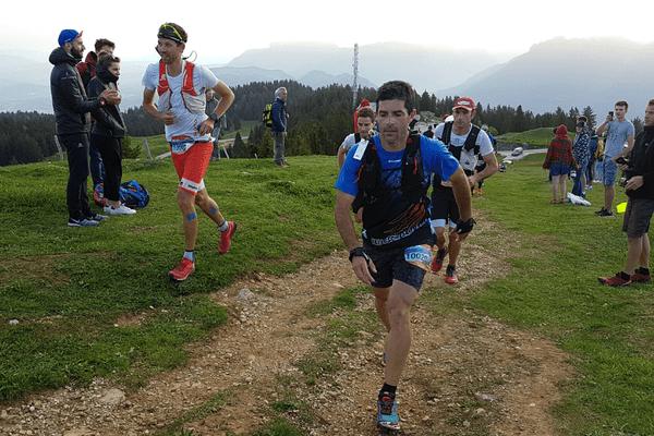 François D'Haene (à gauche) arrive au sommet du Semnoz