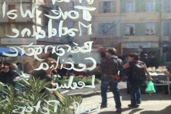 Sur les vitres de la Halle Dardé s'affichent les noms des pétitionnaires