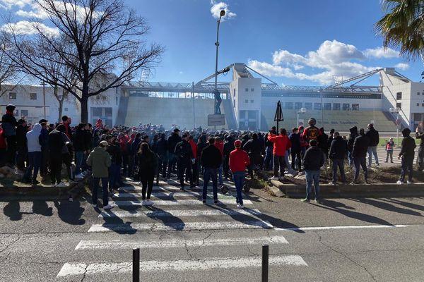 Plusieurs centaines de supporters de Nîmes devant le stade des Costières ce dimanche matin.