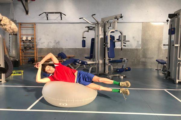 Après deux heures intensives dans la piscine, Florent Marais fait de la musculation.