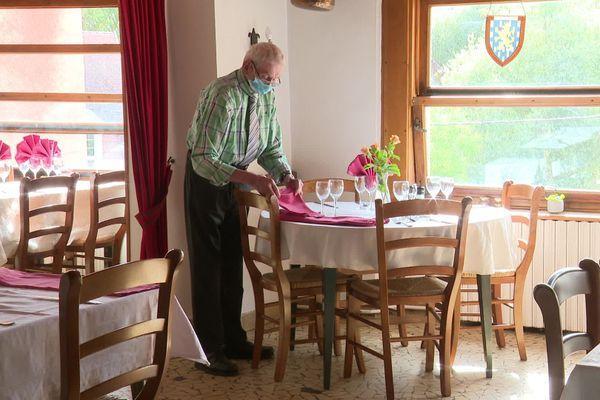 Depuis plus de 70 ans, Joseph Vieille dresse les tables du restaurant familial, à Pesmes, en Haute-Saône.