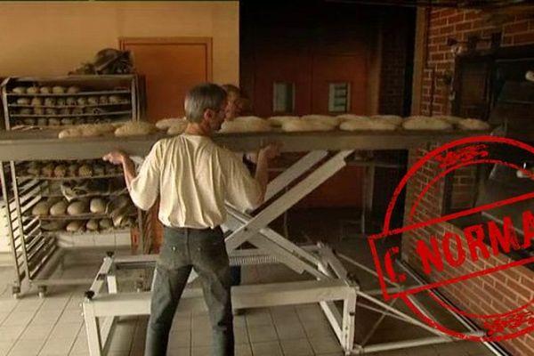 Meunier et boulanger travaillent main dans la main au Moulin de la Peltrie, à Bivilliers, dans l'Orne