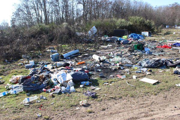 Des particuliers viennent aussi jeter leurs ordures sur le terrain transformé en décharge à ciel ouvert.