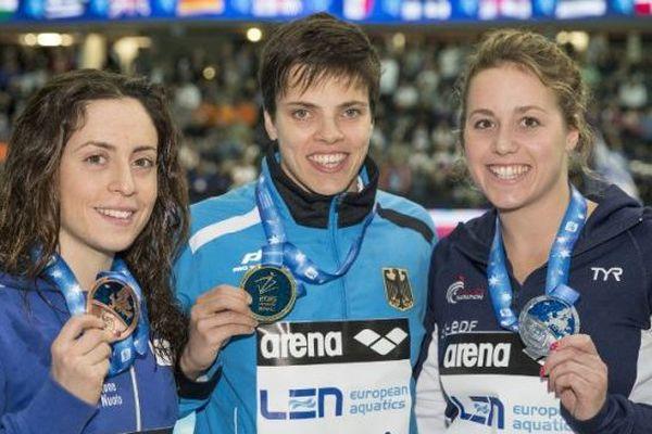 Lara Grangeon (à droite) avec sa médaille d'argent conquise en 200m papillon. Elle a battu l'Italienne Alessia Polieri (à gauche) au 18ème Euro de natation en petit bassin en Israel. L'or est revenu à l'Allemande Franziska Hentke  (au centre)