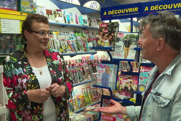 Josette Hervé patronne du tabac-presse des Sables d'Olonne aime à parler patois avec Yannick Jaulin.