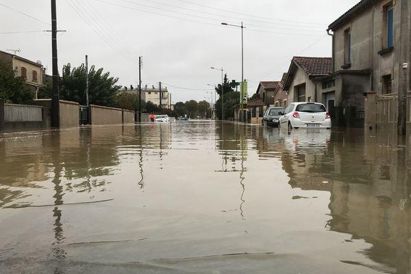 A Trèbes, dans l'Aude, l'eau a envahi les rues.