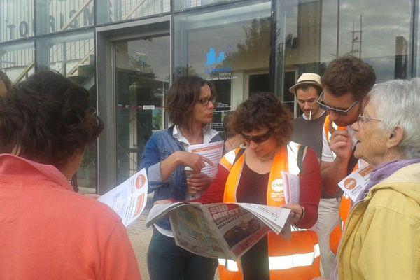 Les salariés en grève devant l'office de tourisme de La Rochelle