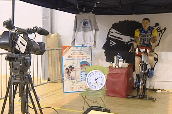 06/12/14 - Le sportif Christophe Santini signe un nouveau record 36 heures de vélo et 2218 km parcourus