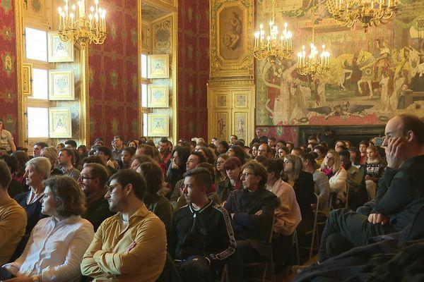 """Le procès fictif de """"El profesor"""" a attiré de nombreux curieux et fans de la série """"La Casa de Papel""""."""