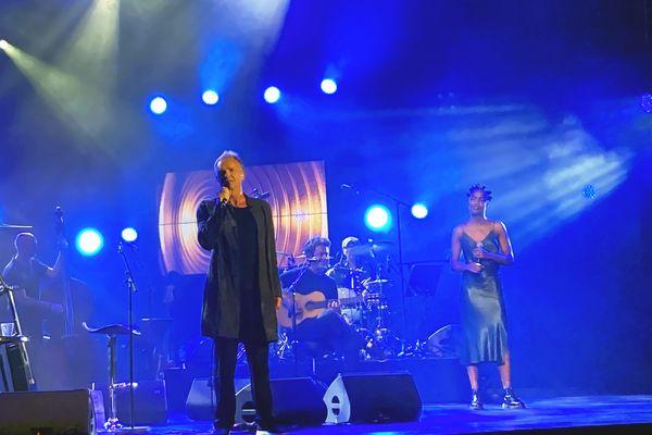Le chanteur anglais Sting sur la scène de Jazz à Vienne 2021.