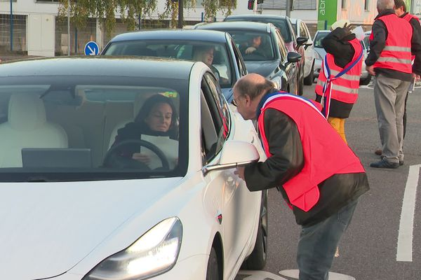 Une cinquantaine de manifestants a distribué des tracts pour appeler à al mobilisation et se faire entendre par les élus de l'Eurométropole de Strasbourg