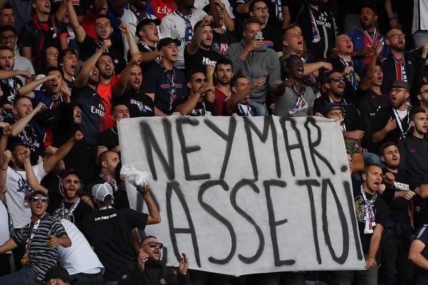 Une des banderoles anti-Neymar déployées dans les tribunes du Parc des princes dimanche soir, lors du match du PSG face à Nîmes.