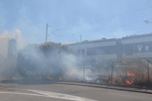 L'incendie a touché la ligne ferroviaire de la SNCF.