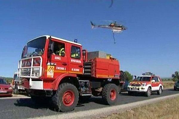 Entre Salses et Opoul (Pyrénées-Orientales) - les pompiers et l'hélicoptère luttent contre l'incendie - 1er août 2013.