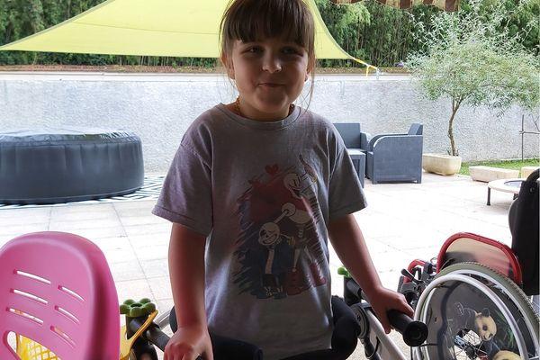 Jade est polyhandicapée depuis son plus jeune âge. Différentes thérapies lui permettent de retrouver lentement ses capacités