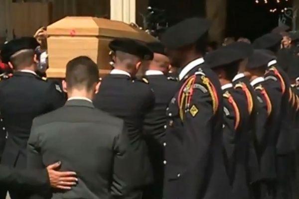 Le cercueil d'Arthur Noyer porté par ses camarades du 13e BCA de Barby.