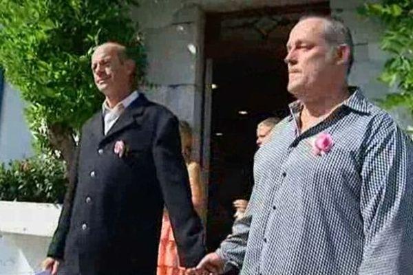 Guy Martineau-Espel et Jean-Michel Martin à la sortie de la mairie d'Arcangues le 22 juillet 2013.