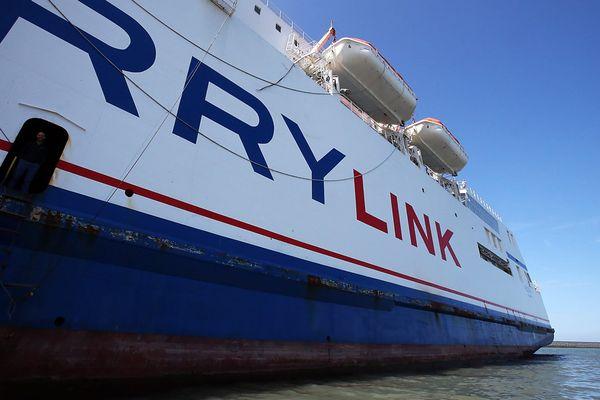 Les marins de la Scop SeaFrance retiennent dans le port de Calais deux des navires qu'ils exploitaient.