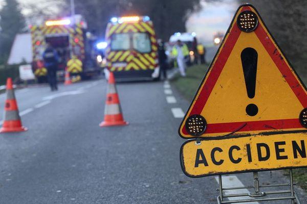 Des pompiers portant secours aux victimes d'un accident de la route