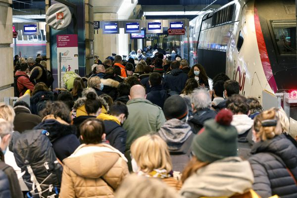 Des Parisiens quittant la capitale le 19 mars 2021 Gare Montparnasse.