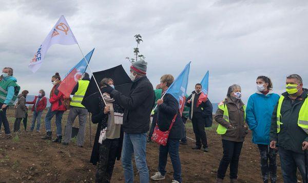 Une trentaine de protestataires ont investi le terrain d'Ensisheim pressenti pour accueillir un entrepôt Amazon