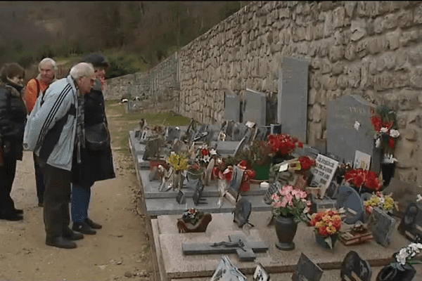 Sur la tombe du célèbre chanteur à Antraigues (07) samedi 14/03/2015