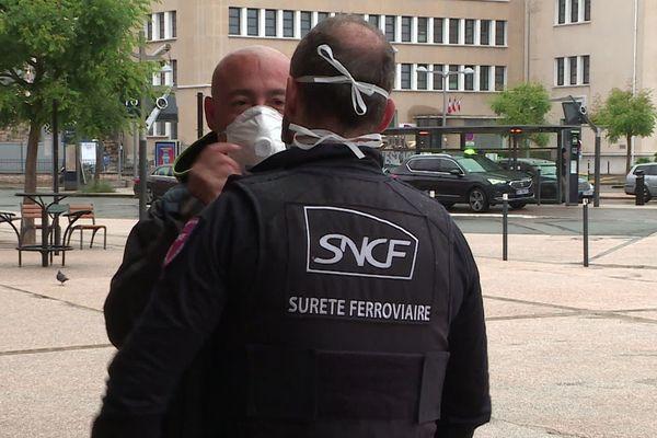 A l'entrée de la gare de Dijon, des agents font respecter le port du masque