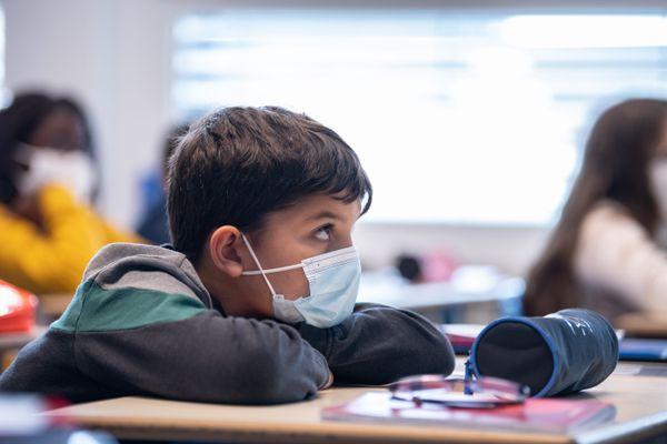 Un enfant portant un masque dans son école de Bischwiller le lundi 2 novembre 2020.