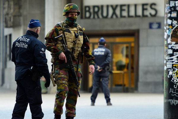 Des militaires belges mobilisés dans les rues de Bruxelles aux côtés de policiers.