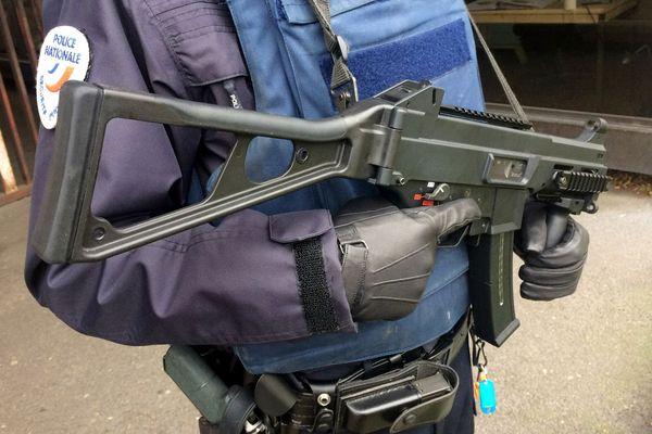 Un policier de Seine-Maritime avec gilet pare-balle et pistolet mitrailleur – Archives