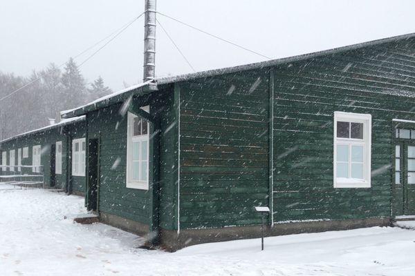 L'un des baraquements a retrouvé sa couleur verte d'origine