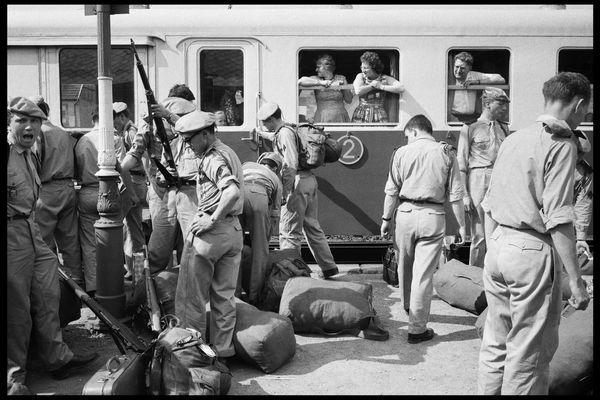 Arrivée des soldats en formation à l'école du Roc, Chamonix-Mont-Blanc, juillet 1962.