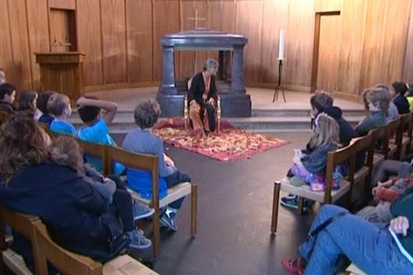 Regroupés autour de la conteuse Alix Noble-Burnand, les enfants écoutent et échangent à propos de la mort.