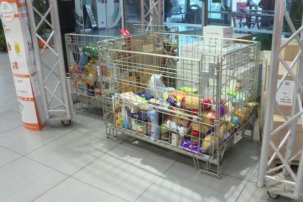 De grands bacs sont disponibles pour récolter vos dons dans les supermarchés participants